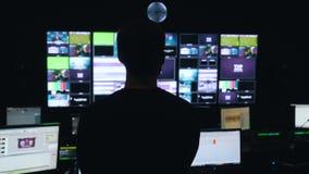 Mann handhabt den Prozess in Fernsehleitstelle stock footage