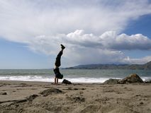 Mann-Handstand auf China-Strand in San Francisco Lizenzfreie Stockbilder