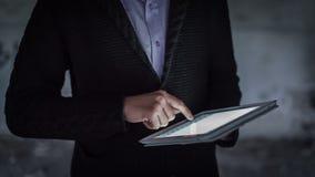 Mann-Handtouch Screen auf Digital-Tablet 1 stock video