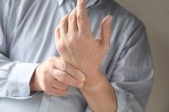 Mann hat die Schmerz im Handgelenk Stockfoto