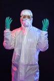 Mann in Hazmat-Klage mit Handschuhen und Schutzbrillen Stockbild