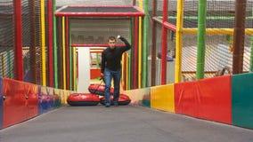Mann hebt die Schlitten des Hügels drei im Tummelplatz auf Er lächelt stock video