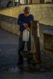 Mann hebt Wasser auf Stockbilder