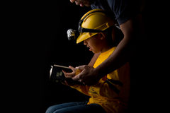Mann-helfendes Kind die Bibel studieren Stockbilder