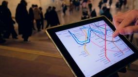 Mann herein überprüft unterirdisch die Metrokarte stock video footage