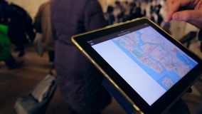 Mann herein überprüft unterirdisch die Metrokarte stock footage