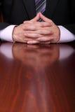 Mann hinter dem Schreibtisch stockfotos