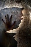 Mann hinter schmutzigem Fenster Lizenzfreie Stockfotos