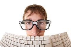 Mann hinter Tastatur Stockfotos