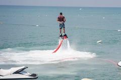 Mann hoch auf dem Wasser Lizenzfreie Stockbilder