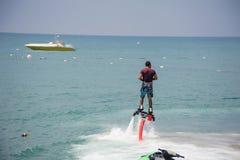 Mann hoch auf dem Wasser Lizenzfreie Stockfotos