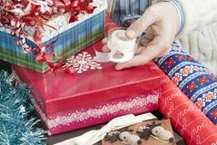 Mann-Holding-Band für die Geschenk-Verpackung Stockfotos