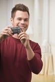 Mann-Holding-Kamera Stockfotografie
