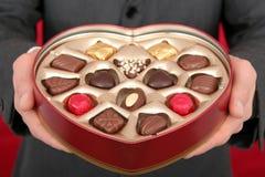 Mann-Holding-Kasten der Süßigkeit Lizenzfreie Stockfotos