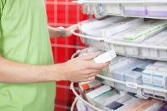 Mann-Holding-Medikation-Kasten Lizenzfreies Stockbild