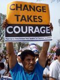 Mann-Holding-Protest-Zeichen Lizenzfreie Stockfotografie