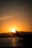 Mann-Holding Sun Stockfotos