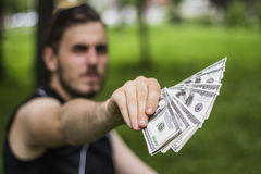 Mann hundert Dollar stockfotografie