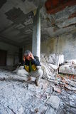 Mann im alten verlassenen Gebäude Stockfotografie