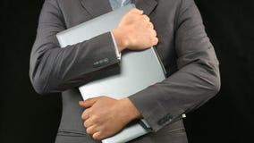 Mann im Anzug, der Laptop-Computer fest, Personendatensicherheit hält lizenzfreie stockfotografie