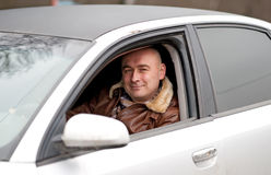 Mann im Auto stockfotografie