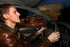 Mann im Auto nachts lizenzfreie stockfotografie