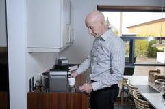 Mann im Büro, das eine Kaffeepause nimmt Stockfotos