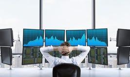 Mann im Büro mit Computerverarbeitungsdaten, Handel, New York Stockbild