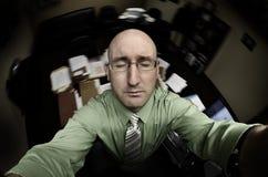 Mann im Büro Pryaing für Hilfe Lizenzfreie Stockbilder