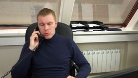 Mann im Büro sprechend am Telefon stock footage