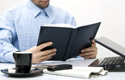 Mann im Büro, studierend Lizenzfreie Stockfotografie