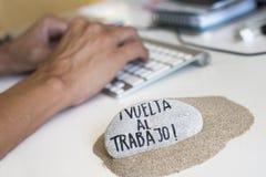 Mann im Büro und Text zurück zu Arbeit auf spanisch stockfotos