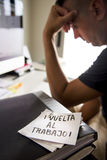 Mann im Büro und Text zurück zu Arbeit auf spanisch lizenzfreies stockbild