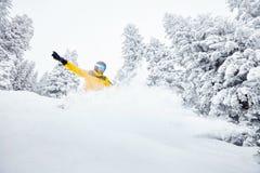 Mann im backcountry Snowboarding Lizenzfreies Stockbild