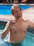 Mann im Badekurort mit einem Glas Wein. lizenzfreie stockfotografie