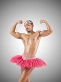 Mann im Ballettballettröckchen gegen die Steigung Stockbild