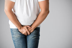 Mann im Bedarf zu urinieren stockbilder