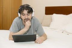 Mann im Bett Stockfotos