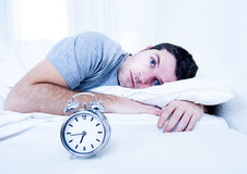 Mann im Bett mit Augen öffnete leidende Schlaflosigkeit und Stockfotografie