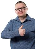 Mann im blauen Hemd mit dem Daumen oben stockbild