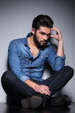 Mann im blauen Hemddenken Stockbild