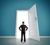 Mann im blauen Raum lizenzfreie stockfotos