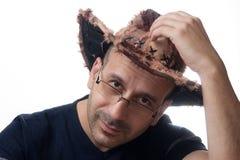 Mann im breiten geströmten Hut lizenzfreies stockfoto