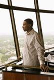 Mann im Fenster. Lizenzfreies Stockfoto