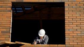 Mann im Fenster des Gebäudehauses stockfotografie