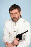 Mann im Formularoffizier mit Gewehr Stockfotos