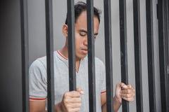 Mann im Gefängnis hinter Gittern Stockfoto