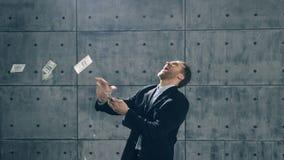 Mann im Gesellschaftsanzugtanzen und in werfendem Geld stock video footage