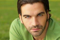 Mann im Grün Stockfotos