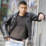 Mann im Graffitihintergrund Lizenzfreies Stockfoto